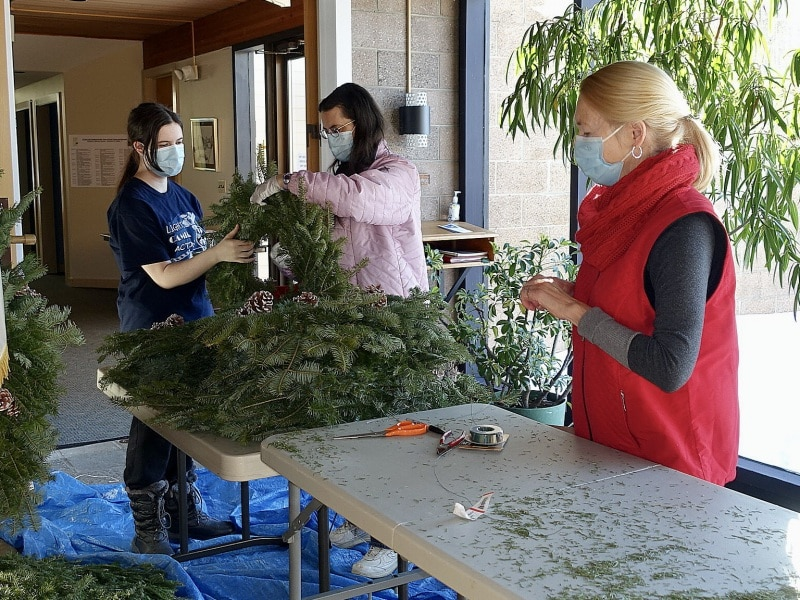 2020-12-19-CLC-decorating-for-Christmas-DSC06578