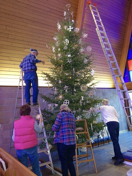 2020-12-19-CLC-decorating-for-Christmas-DSC06581