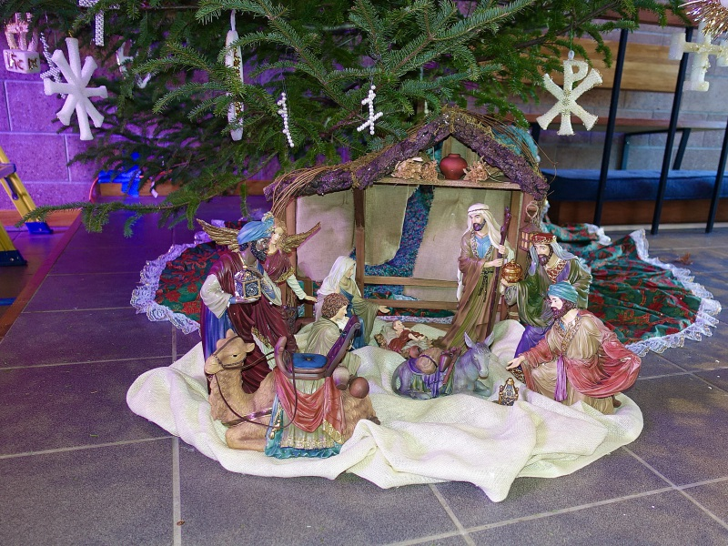 2020-12-19-CLC-decorating-for-Christmas-DSC06591