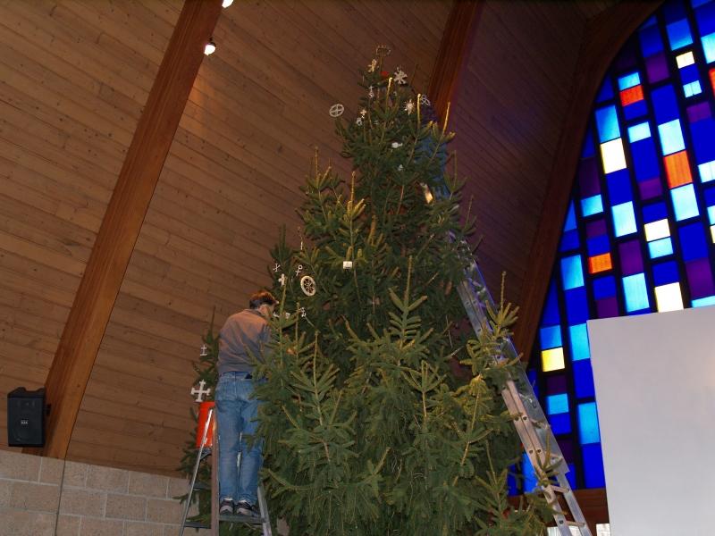 2014-12-20 CLC Christmas decorating_PC209813