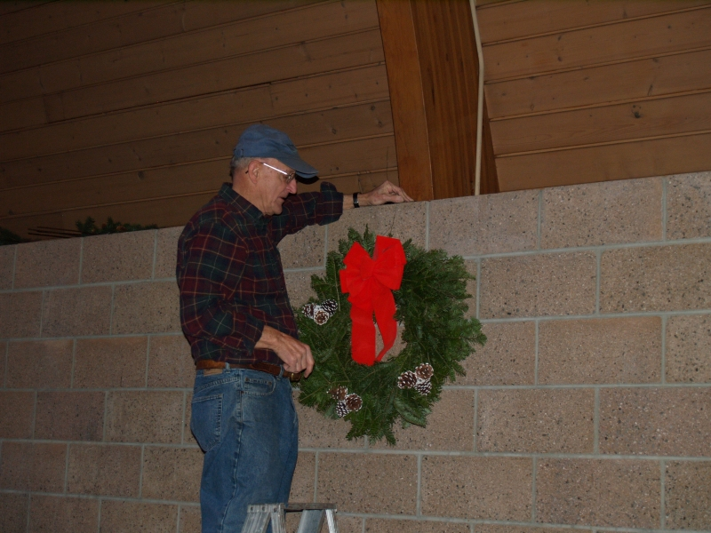 2014-12-20 CLC Christmas decorating_PC209819