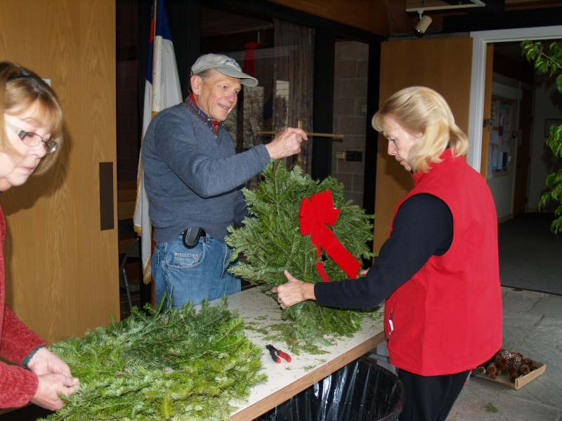 2014-12-20 CLC Christmas decorating_PC209823