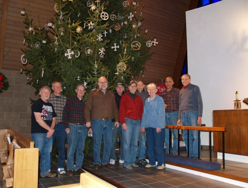2014-12-20 CLC Christmas decorating_PC209833b