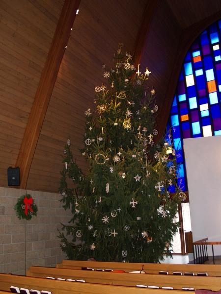 2014-12-20 CLC Christmas decorating_PC209837b