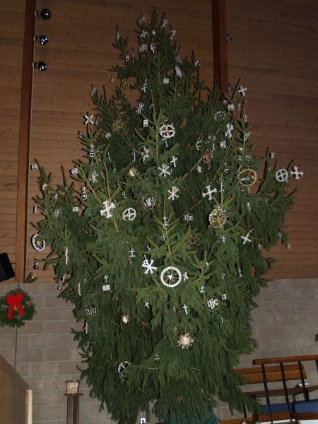 2014-12-20 CLC Christmas decorating_PC209843