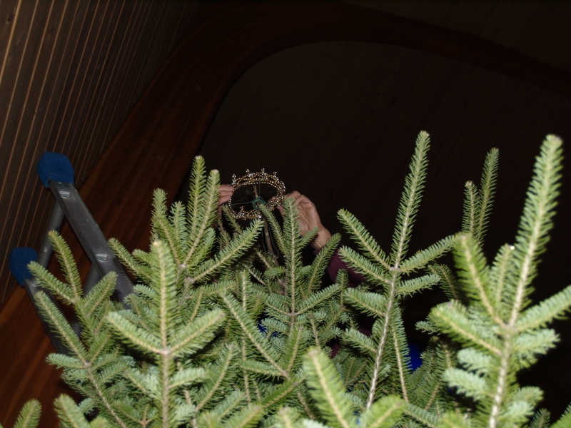 2015-12-19 CLC XMAS tree decorating PC191195