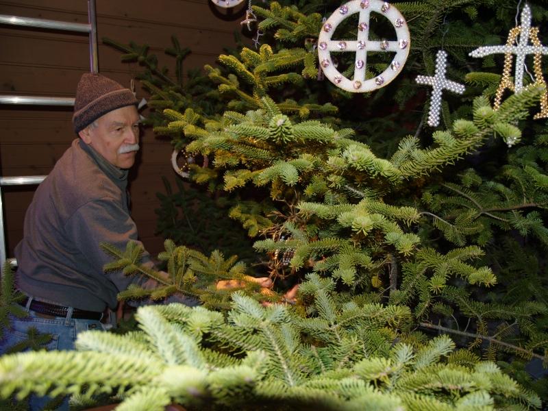 2015-12-19 CLC XMAS tree decorating PC191204