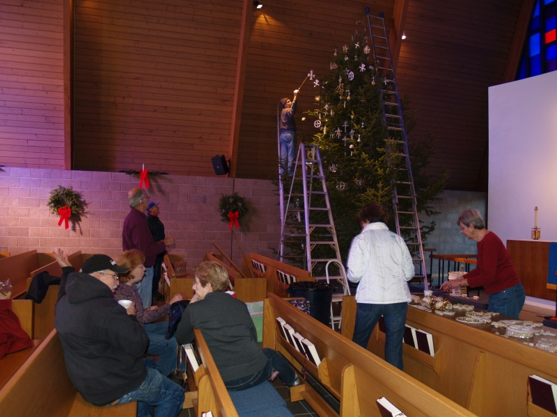 2015-12-19 CLC XMAS tree decorating PC191208